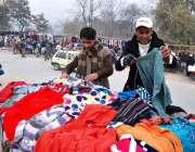 اسلام آباد: وفاقی دارالحکومت میں شہری گرم کپڑے خریدنے میں مصروف ہیں۔