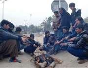 اسلام آباد: سردی کی شدت کو کم کرنے کے لیے نوجوان آگ تاپ رہے ہیں۔
