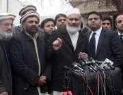 لاہور: امیر جماعت اسلامی سینیٹر سراج الحق میڈیا سے گفتگو کر رہے ہیں۔