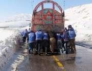 کوئٹہ: برفباری کے باعث خراب ہونیوالے ٹرک کو ریسکیو اہلکار دھکا لگا ..