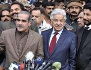 اسلام آباد: وفاقی وزیر ریلوے خواجہ سعد رفیق سپریم کورٹ کے باہر میڈیا ..
