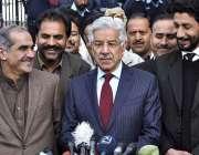 اسلام آباد: وفاقی وزیر برائے پانی و بجلی خواجہ محمد آصف سپریم کورٹ کے ..