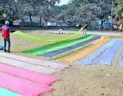 لاہور: رنگ ساز مقامی پارک میں کپڑا خش کر رہے ہیں۔