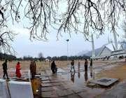 اسلام آباد: بارش کے بعد فیصل مسجد دلکش منظر پیش کر رہی ہے۔
