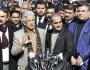 اسلام آباد: وفاقی وزیر برائے پانی و بجلی خواجہ محمد آصف میڈیا سے گفتگو ..