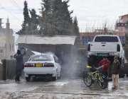 کوئٹہ: خیزی چوک کے قریب سروس اسٹیشن پر ایک شخص گاڑی دھونے میں مصروف ..