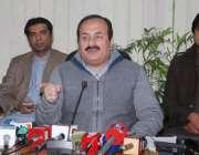 لاہور: صوبائی وزیر تعلیم رانا مشہود احمد خاں پریس کانفرنس سے خطاب کر ..