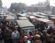 راولپنڈی: رکشہ یونین کے احتجاج کے باعث مری روڈ پر ٹریفک جام کا منظر۔