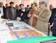 لاہور: وزیر ریلویز خواجہ سعد رفیق اسٹیشنوں پر لگائے جانیوالے سامان ..