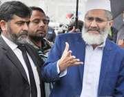 اسلام آباد: امیر جماعت اسلامی سینیٹر سراج الحق سپریم کورٹ کے باہر میڈیا ..