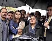 اسلام آباد: وفاقی وزیر اطلاعات مریم اورنگزیب سپریم کورٹ کے باہر میڈیا ..