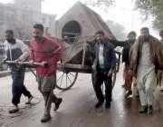 لاہور: ریلوے ملازمین ہتھ ریڑھی پر سامان رکھ کر گڑھی شاہو سے گز رہے ہیں۔