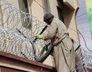 کوئٹہ: سیکیورٹی خدشات کے پیش نظر سول ہسپتال کی چار دیواری پر خار دار ..
