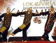 اسلام آباد: لوک ورثہ میں فنکار روایتی رقص کر رہی ہیں۔