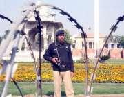 لاہور: پنجاب اسمبلی کے اجلاس کے موقع پر پولیس اہلکار سمٹ مینار کے احاطے ..