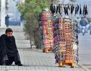 راولپنڈی: ایک محنت کش سڑک کنارے عینکوں کا سٹال لگائے گاہکوں کا منتظر ..