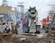 ایبٹ آباد: مری روڈ پر مزدور کام میں مصروف ہیں۔