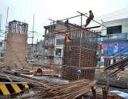 لاہور: مزدور اورنج لائن میٹرو ٹرین منصوبے پر کام میں مصروف ہیں۔