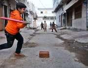 ملتان: بچے گلی میں کرکٹ کھیل رہے ہیں۔