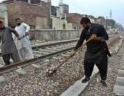 ملتان: ریلوے اہلکار ریلوے ٹریک کو مرمت کررہے ہیں۔