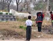 اسلام آباد: خانہ بدوش بچے ایک کچرے سے کارآمد اشیاء تلاش کر رہے ہیں۔