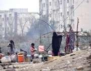 اسلام آباد:خانہ بدوش خاندان خیمہ بستی بنانے میں مصروف ہے۔