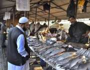 اسلام آباد: شہری مچھلی خریدنے میں مصروف ہیں۔