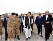 نوری آباد: وزیر اعظم نواز شریف حیدر آباد ایم 9موٹروے کا معائنہ کر رہے ..