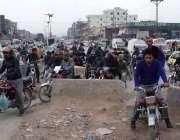 اسلام آباد: موٹر سائیکل سوار سڑک کو تقسیم کرنے کے لیے رکھے گئے پلر کو ..