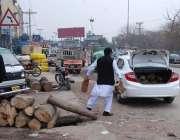 اسلام آباد: ایک شہری اپنی گاڑیں میں لکڑیاں رکھ رہا ہے۔