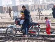 حیدر آباد: ایک موٹر سائیکل سوار رخطرناک انداز سے ریلوے ٹریک کراس کر ..