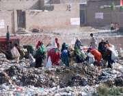 حیدر آباد: خانہ بدوش خواتین کچرے کے ڈھیر سے کار آمد اشیاء تلاش کر رہی ..