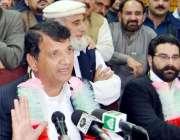 پشاور: وزیر اعظم کے مشیر امیر مقام پریس کانفرنس سے خطاب کر رہے ہیں۔