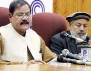 پشاور: مشیر اطلاعات مشتاق غنی پریس کانفرنس سے خطاب کر رہے ہیں۔