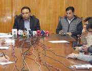 لاہور: ایڈیشنل ڈائریکٹر جنرل اینٹی کرپشن ندیم سرور پریس کانفرنس سے ..