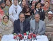 لاہور: پیپلز پارٹ وسطی پنجاب کے صدر قمر زمان کائرہ خواتین ونگ کے اجلاس ..