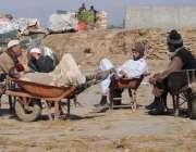 راولپنڈی: سبزی منڈی میں کام کرنے کے بعد مزدو اپنی ریڑھیوں پر آرام کر ..