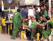 لاہور: ریلوے اسٹیشن پر قلی کام نہ ہونے کے باعث خوش گپیوں میں مصروف ہیں۔