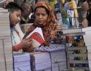 لاہور: ایک طالبعلم اپنی والدہ کے ہمراہ اردو بازار سے کاپیاں خرید رہا ..