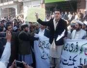 بنوں: شمالی وزیرستان کے متاثرین اپنے مطالبات کے حق میں پریس کلب کے سامنے ..