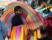 راولپنڈی: ایک محنت کش کندھوں پر تولیے رکھے پھیری لگا کر فروخت کر رہا ..