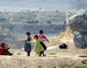 راولپنڈی: کچی آبادی کے رہائشی بچے کھیل کود میں مصروف ہیں۔