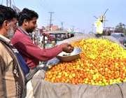 لاہور: ایک ریڑھی بان بیر فروخت کر رہا ہے۔