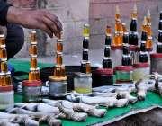 ملتان: ایک شخص سڑک کنارے چھپکلی کی تیل فروخت کر رہا ہے۔