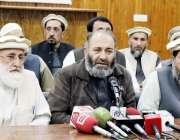 پشاور: صوبائی امیر جماعت اسلامی مشتاق احمد پریس کانفرنس سے خطاب کر ..