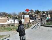 اسلام آباد: وفاقی دارالحکومت میں ایک بچہ چھت پر کھڑا پتنگ اڑا رہا ہے۔