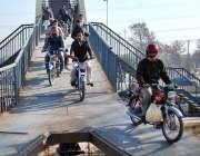 اسلام آباد: وفاقی دارالحکومت میں موٹر سائیکل سوار اوور ہیڈ برج سے گزر ..