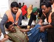 لاڑکانہ: لعل شہباز کلندر دھماکے کے زخمیوں کا علاج معالجہ کیا جا رہا ..