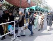 لاہور: داتا دربار آنیوالے زائرین کی تلاشی لی جا رہی ہے۔