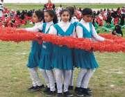 پشاور: انڈر 23گیمز میں شریک طالبات اپنے فن کا مظاہرہ کر رہی ہیں۔